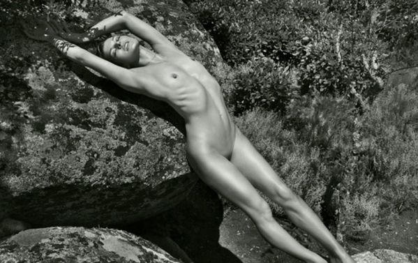 http://a7.idata.over-blog.com/600x377/3/34/14/51/Sexy/kate-moss-nue-pirelli-sciencextra.jpg