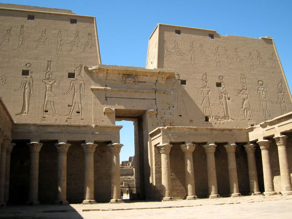 http://a7.idata.over-blog.com/600x450/3/32/07/22/Hotep/Temple-d-Edfou-copie-1.JPG